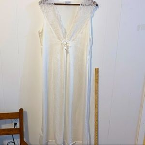 Secret Accents Nightgown white no tag with size.
